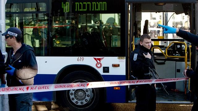 Polizisten bewachen den Autobus, in dem der Angriff geschah