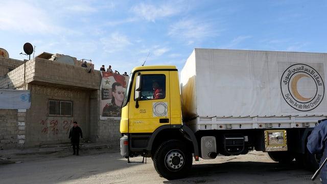 In camiun da la Mesaglina cotschna siriana arriva a Duma.