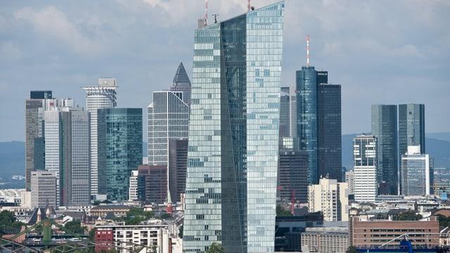 Totale auf die Frankfurter Skyline und das EZB-Gebäude.
