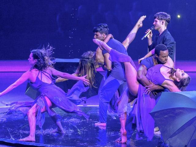 James Gruntz mit Tänzern.