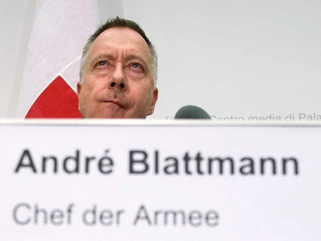 André Blattmann hinter einem Schild mit der Aufschrift Chef der Armee