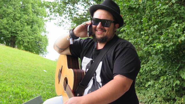 Marc Amacher mit Gitarre am Handy.
