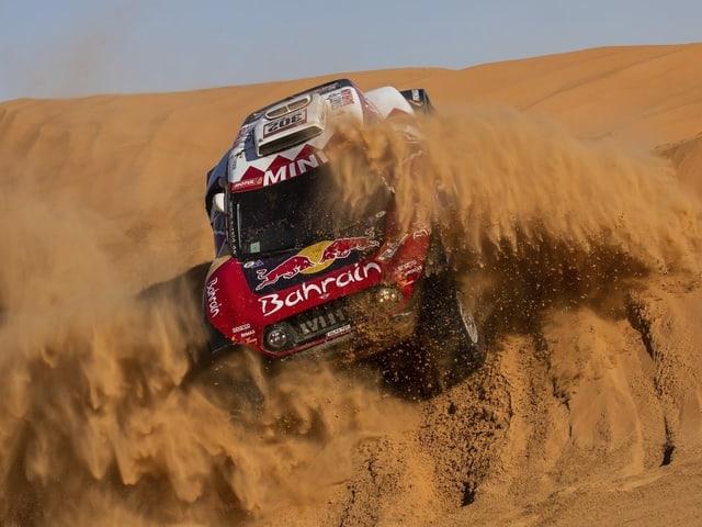Das Auto von Stéphane Peterhansel und Co-Pilot Paulo Fiuza im Wüstensand