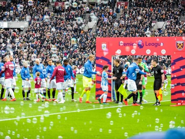 Seifenblasen im Fussballstadion