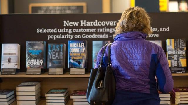 Frau vor einem Bücherregal
