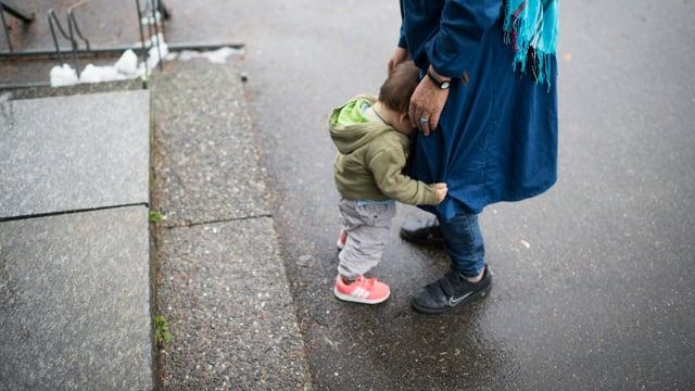 Ein Kind mit seiner Mutter