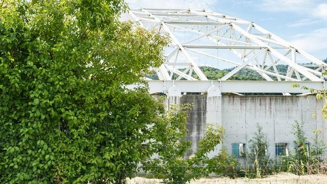 Halle mit weissen Stahlträgern in Kölliken