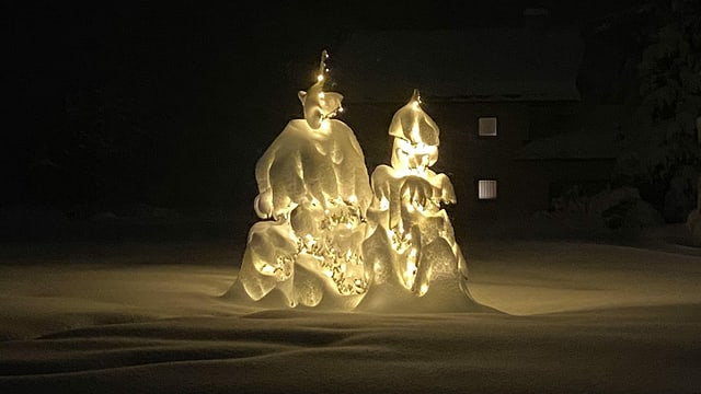 Verschneites Traumpaar: Schneeskulptur in Sils-Maria im Oberengadin.