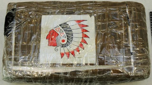 Ein Paket Kokain mit dem Bild eines Indianerkopfes auf der Verpackung.