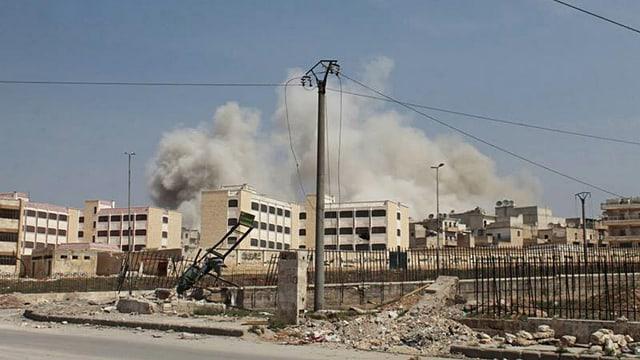 Häuser in Aleppo. Rauch steigt auf.