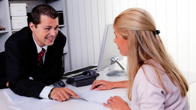Mann und Frau in einer Konversation (Symbolbild)