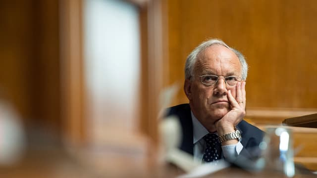 Bundesrat Schneider-Ammann stützt seinen Kopf auf die Hand im Parlamentssaal