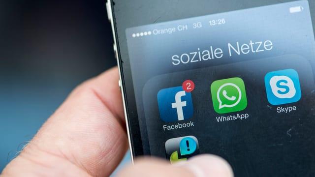 Handy mit Apps von Facebook und Instagram.