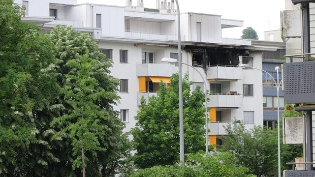 Blick auf die ausgebrannte Wohnung im fünften Stock des Mehrfamilienhauses.