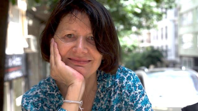 Porträt-Aufnahme einer Frau mit dunklen Haaren.
