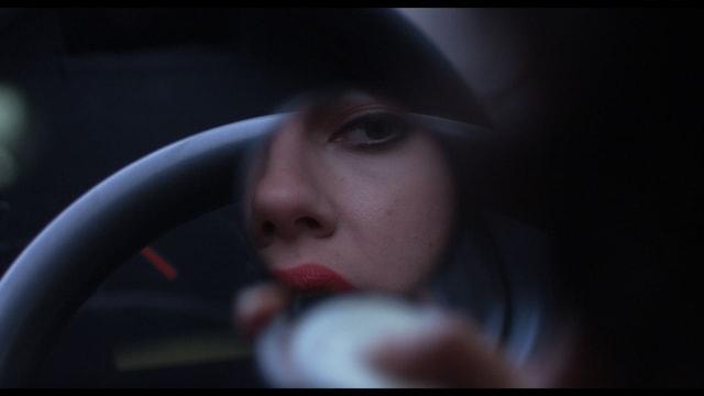 Scarlett Johansson schminkt sich ihre Lippen rot
