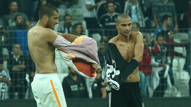 Eren Derdiyok und Gökhan Inler tauschen ihre Leibchen.