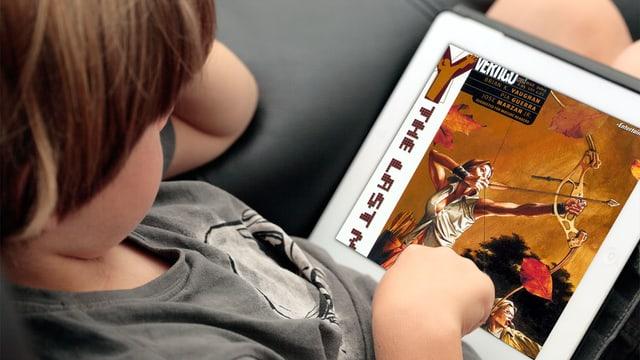 Ein Kind liest digital Comics