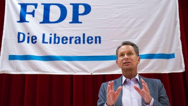 Philipp Müller vor FDP-Plakat
