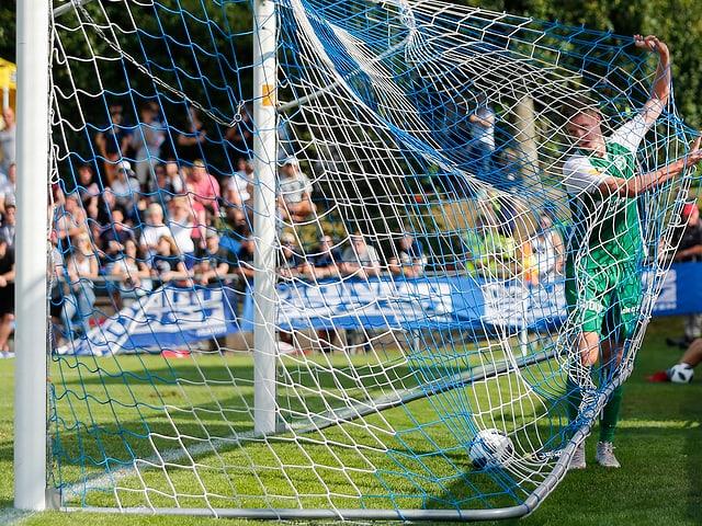 Cedric Itten holt den Ball aus dem Netz.