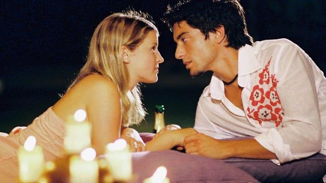 Mann und Frau (junges Liebespaar) bei Kerzenschein