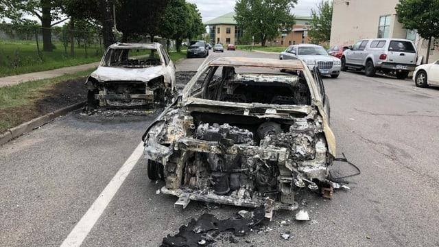Zwei ausgebrannte Autos.