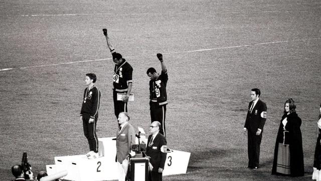 Tommie Smith (Mitte) und John Carlos (rechts) reckten ihre Fäuste gegen den Himmel.