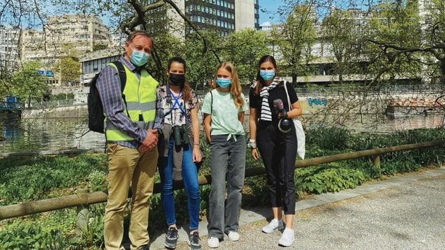 Max Ruckstuhl von der Grünstadt Zürich, Leanne, Joëlle und Reporterin Angela stehen im Platzspitzpark.