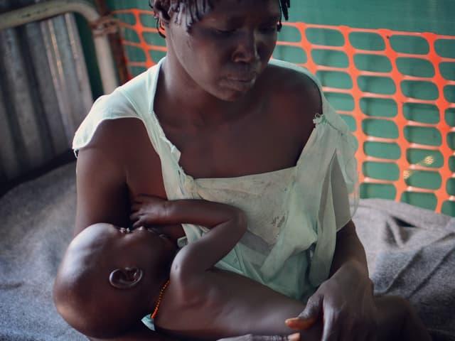 Die 20-jährige Nyaboth und ihr 10-monatiges Kind.