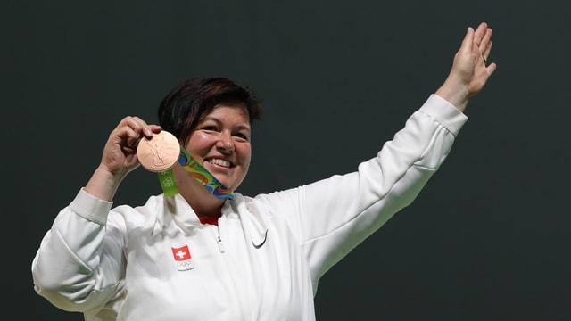 Schützin Heidi Diethelm zeigt ihre Bronzemedaille