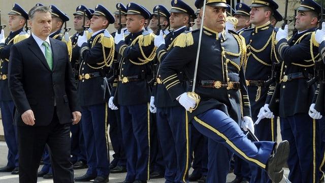 Orban vor Militärs.