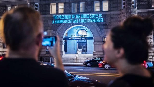 Robin Bell fotografiert seine Aktion: In Leuchtschrift steht über dem Trump-Hotel: Der Präsident ist ein Rassist.
