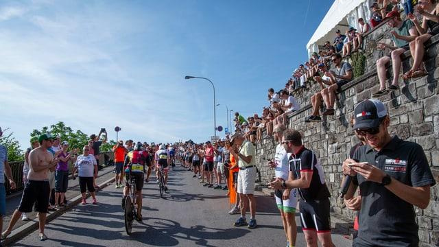 Zahlreiche Zuschauern feuern die Triathleten auf der Radstrecke an.