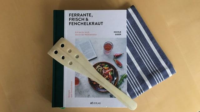 Kochbuch «Ferrante, Frisch & Fenchelkraut» auf Holztischplatte.