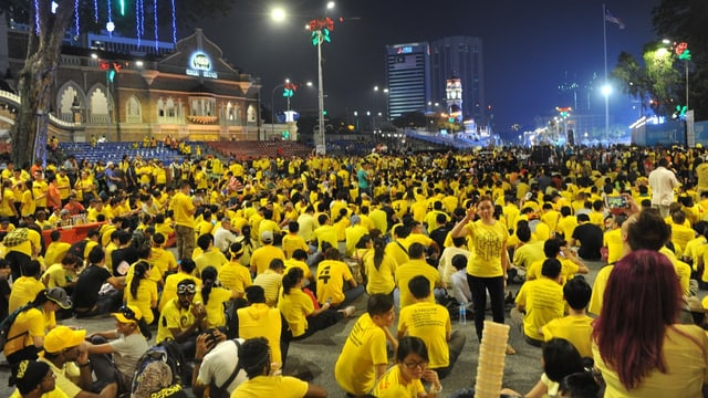 Demonstranten in Kuala Lumpur in gelben T-Shirts.
