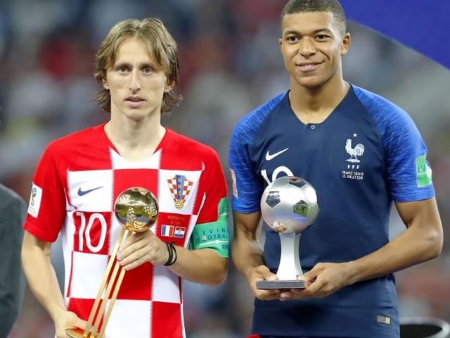 Luka Modric und Kylian Mbappé zeigen ihre Auszeichnungen