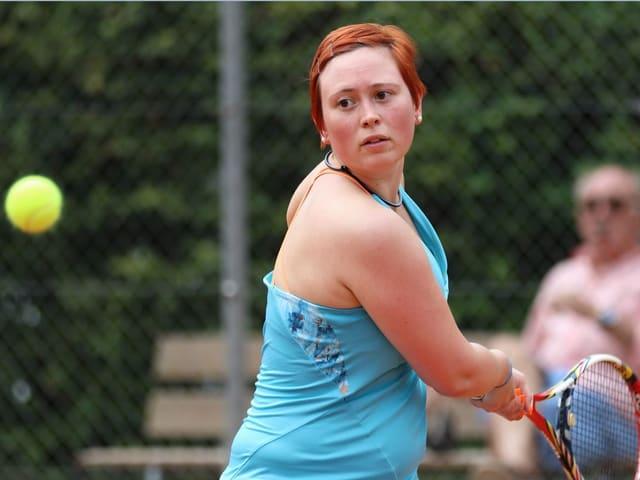 Frau spielt Tennis.