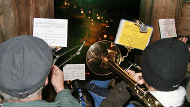 Leute spielen Trompete und Posaune