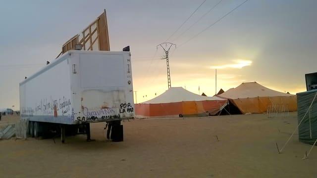 Eine Leinwand, festgemacht an einen Lastwagen.