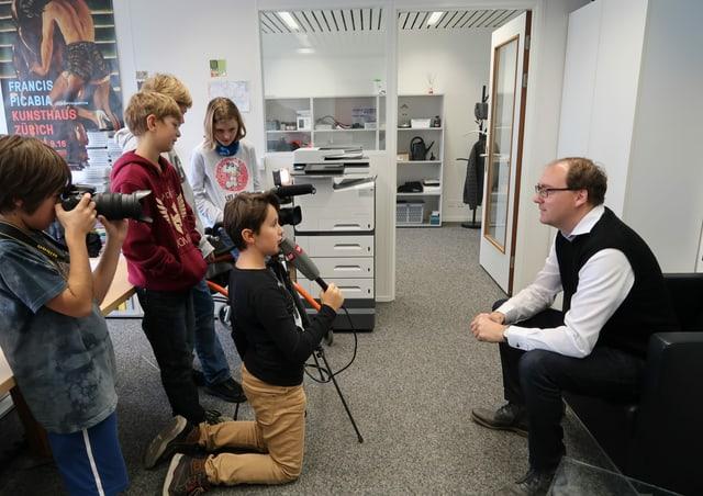 Kinder filmen und interviewen ienen Erwachsenen