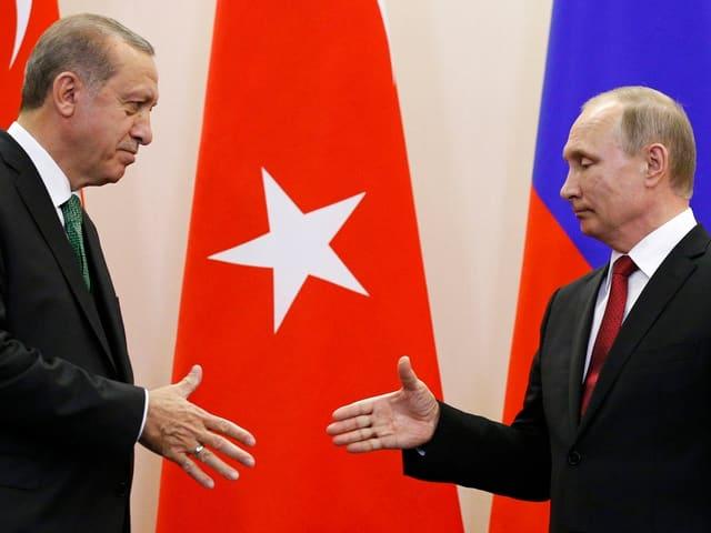 Erdogan und Putin kurz vor dem Händeschütteln.