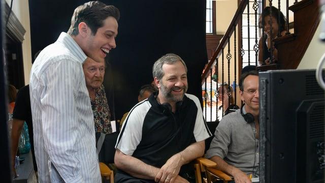 Pete Davidson (links) mit Co-Autor und Regisseur Judd Apatow (Mitte) in einer Drehpause.