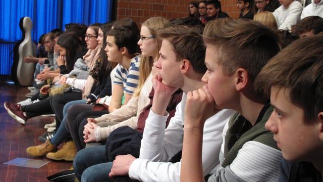 Die Schüler hören gespannt zu.