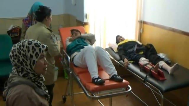 Verletzte werden am Flughafen in Jakarta behandelt.