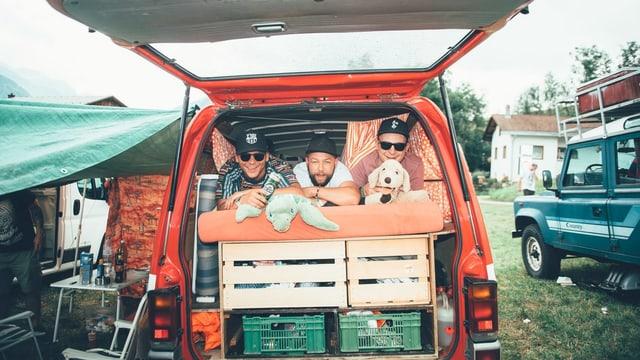 Festivalbesucher in Campingbus