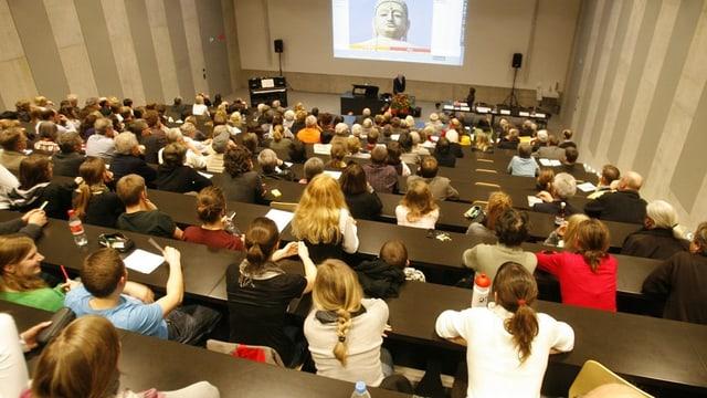 Studierende im Hörsaal der Pädagogischen Hochschule Schwyz in Goldau