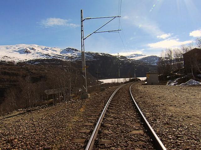 Blick aus einer Lokomotive auf die Gleise.