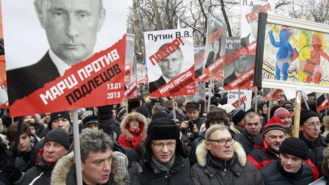 Oppositionelle mit Anti-Putin und anderen Plakaten