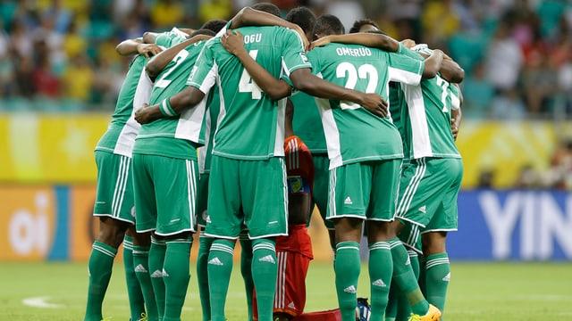 Nigerianische Spieler bilden einen Kreis.