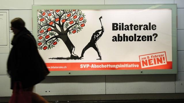 Abstimmungsplakat mit einem Mann, der einen Apfelbaum mit einer Axt fällt. Daneben steht: «Bilaterale abholzen? Nein!»